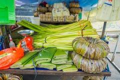 用不同的叶子的一个市场在一张木桌上,在市登巴萨在印度尼西亚 免版税库存照片