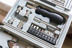 用不同的喷管的工具箱螺丝刀时钟机制和电话设备的小位的 免版税库存照片