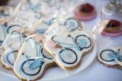 用不同的好吃的东西的五颜六色的婚礼糖果表在显示 免版税图库摄影