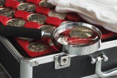 用不同的收藏家` s硬币的箱子 库存照片