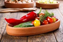 用不同的新鲜蔬菜的板材 图库摄影