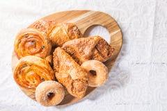 用不同的法式酥皮点心的早餐 库存图片