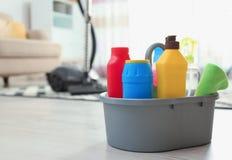 用不同的洗涤剂的水池在户内地板上 r 免版税库存图片