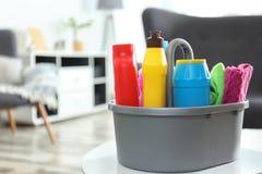 用不同的洗涤剂的水池在户内桌上 r 库存照片