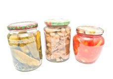 用不同的用卤汁泡的菜的三个瓶子 免版税库存照片
