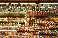 用不同的礼物的欧洲圣诞节市场摊位 免版税库存照片