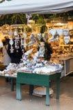 用不同的礼物的欧洲圣诞节市场摊位 免版税图库摄影
