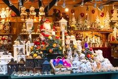 用不同的礼物的欧洲圣诞节市场摊位 图库摄影