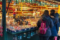 用不同的礼物的欧洲圣诞节市场摊位 免版税库存图片
