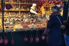 用不同的礼物的欧洲圣诞节市场摊位 库存照片