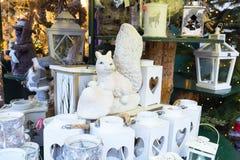 用不同的礼物的欧洲圣诞节市场摊位 库存图片