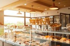 用不同的种类的布雷斯特,法国5月28日2018现代面包店面包、蛋糕和小圆面包 免版税库存照片