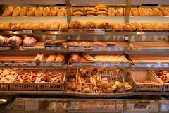 用不同的种类的现代面包店面包 库存照片
