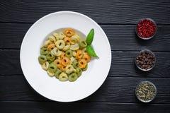 用不同的种类胡椒,红色,绿色的意大利式饺子面团和 免版税库存照片