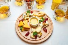 用不同的种类的一块板材乳酪 免版税库存照片