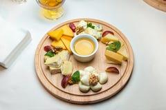 用不同的种类的一块板材乳酪 免版税库存图片