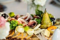 用不同的肉类和乳酪产品的开胃小菜盛肉盘 库存照片