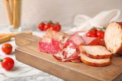 用不同的肉纤巧的切板 库存照片