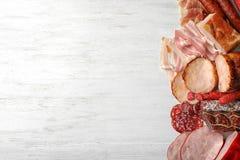 用不同的肉纤巧的平的被放置的构成在木背景 库存照片