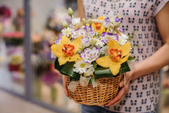 用不同的花的五颜六色的花束在手上 免版税库存图片