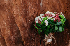 用不同的花的土气婚礼在木背景的花束和绿色 免版税库存图片