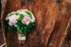 用不同的花的土气婚礼在木背景的花束和绿色 免版税图库摄影
