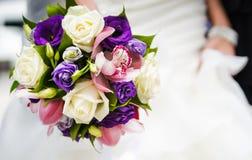 用不同的花的婚礼花束 库存照片