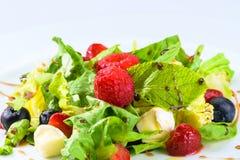 用不同的莓果的开胃新鲜的素食沙拉,蕃茄 库存照片