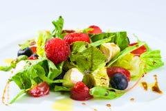 用不同的莓果的开胃新鲜的素食沙拉,蕃茄 图库摄影