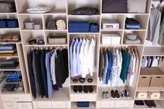 用不同的衣裳的大衣橱,家庭材料 库存图片