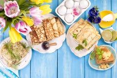 用不同的装填和味道的许多薄煎饼 可口传统食物在春天 烘烤自创 花和 免版税库存图片