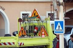 用不同的路标和养路工具的工作卡车 免版税库存图片