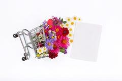用不同的野花和空插件的购物车 免版税库存照片