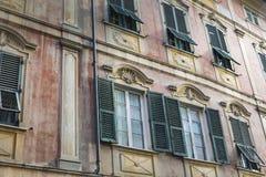 用不同的颜色的好的地中海房子门面 免版税库存照片