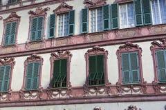 用不同的颜色的好的地中海房子门面 库存照片