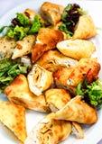 用不同的食物快餐和开胃菜用三明治,薄煎饼,在惊叹的新鲜的沙拉的美妙地装饰的承办的宴会桌 免版税库存图片