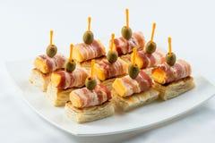用不同的食物快餐和开胃菜的美丽的装饰的承办的宴会桌 点心板材用葡萄,乳酪 免版税图库摄影