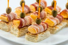 用不同的食物快餐和开胃菜的美丽的装饰的承办的宴会桌 点心板材用葡萄,乳酪 库存照片