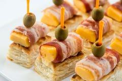 用不同的食物快餐和开胃菜的美丽的装饰的承办的宴会桌 点心板材用葡萄,乳酪 库存图片