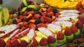 用不同的食物快餐和开胃菜的美妙地装饰的承办的宴会桌在公司圣诞节生日 股票视频