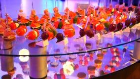 用不同的食物快餐和开胃菜的美妙地装饰的承办的宴会桌在公司圣诞节生日 股票录像