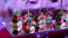 用不同的食物快餐和开胃菜的美妙地装饰的承办的宴会桌在公司 股票录像