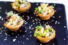 用不同的食物快餐和开胃菜的美妙地装饰的承办的宴会桌用三明治,鱼子酱,在corp的新鲜水果 免版税库存图片