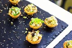 用不同的食物快餐和开胃菜的美妙地装饰的承办的宴会桌用三明治,鱼子酱,在corp的新鲜水果 库存照片