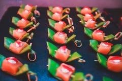 用不同的食物快餐和开胃菜的美妙地装饰的承办的宴会桌在公司圣诞节生日聚会事件 库存照片