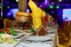 用不同的食物快餐和开胃菜的美妙地装饰的承办的宴会桌 免版税库存照片