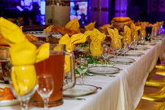 用不同的食物快餐和开胃菜的美妙地装饰的承办的宴会桌 图库摄影