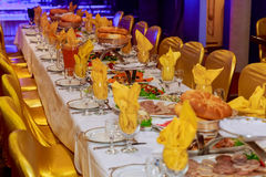 用不同的食物快餐和开胃菜的美妙地装饰的承办的宴会桌 库存照片