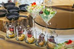 用不同的食物快餐的美丽的承办酒席为庆祝装饰的宴会桌和开胃菜集会,特写镜头 库存图片