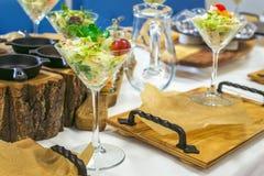 用不同的食物快餐的美丽的承办酒席为庆祝装饰的宴会桌和开胃菜集会,特写镜头 免版税库存照片